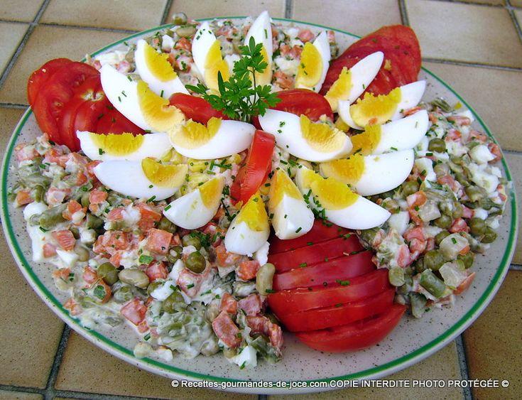 Macédoine, maïs, oeufs, saumon et tomates à la mayonnaise