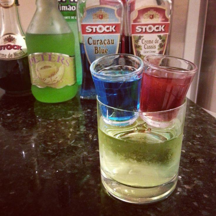 MATRIX BOMB | Faça a sua escolha: Shot Azul ou Vermelho? Escolha um e deixe cair no copo, então descarte o outro. | Ingredientes: Copo 1: Blue Curaçau Copo 2: Licor de Cassis e Suco de Cranberry Copo 3: Licor de Melão, Licor de Menta e Soda.