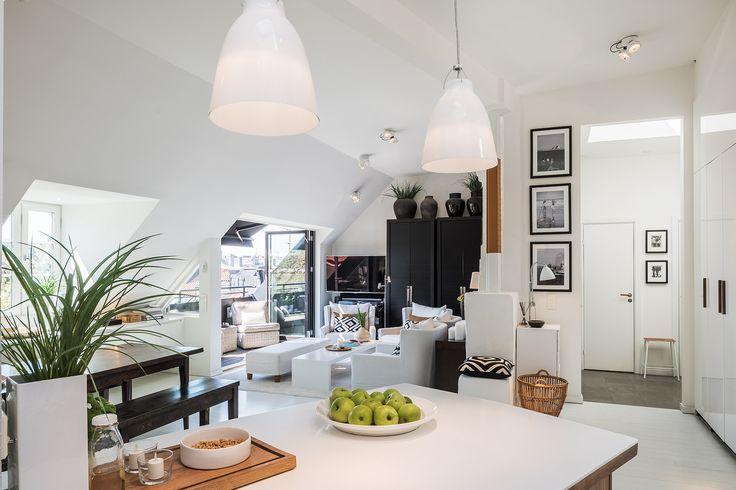 Strålande ljus vindsvåning med högt i tak och terrass i rakt söderläge. Golvyta ca 100 m2. Våningen, som är ritad av arkitekt Svante Bengtsson, håller genomgående högsta kvalitet med exklusiva materialval. Rymlig sällskapsdel med vardagsrum framför terrassen, matsalsdel med öppen spis samt öppet platsbyggt kök i valnöt. Två sovrum. Exklusivt badrum i mosaik med både badkar och dusch. Separat gäst wc i anslutning till hall. Våningen har mycket gott om förvaring. Attraktivt läge vid idylliska…