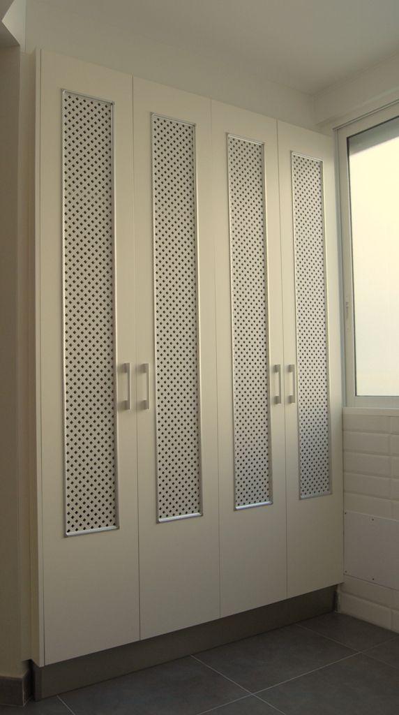 Puertas lacadas para armario de lavadero. En blanco con la rejilla en gris perla.