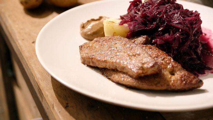 Gebakken kalfslever met rode kool en gekookte aardappelen   Dagelijkse kost
