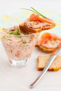 La mousse al salmone Bimby è un antipasto davvero squisito da gustare in accompagnamento alle tartine e a un buon vino bianco; ideale per farcire anche le torte salate.