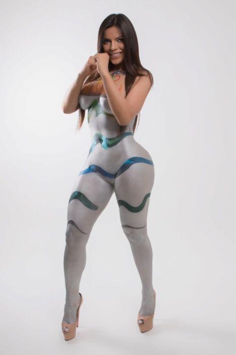 9.mar.2016 - Suzy Cortez, a Miss Bumbum Brasil 2015, resolveu inspirar os atletas brasileiros nas Olimpíadas do Rio 2016 de um jeito inusitado. A gata fez um ensaio com pintura corporal e se transformou na tocha olímpica