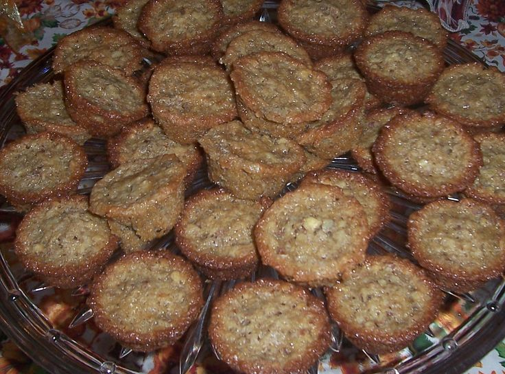 I found this delicious recipe on the Pioneer Woman's site. These melt in your mouth while being chewy! Pecan Pie Muf...