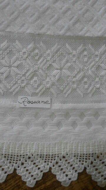 Bordado em ponto reto. Barrado de crochê. Branco no branco.