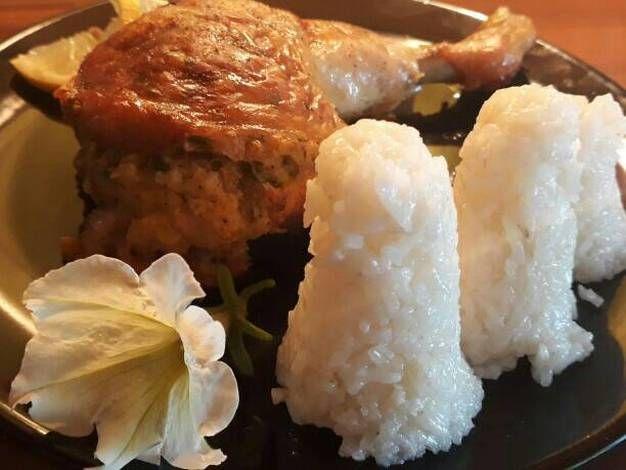 Töltött csirkecomb rizzsel, friss salátával