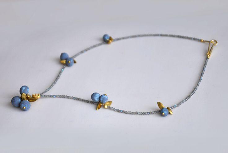 Ketten mittellang - Bezauberndes Blaubeeren Collier Labradorit - ein Designerstück von SCHMUCKausPORZELLAN bei DaWanda