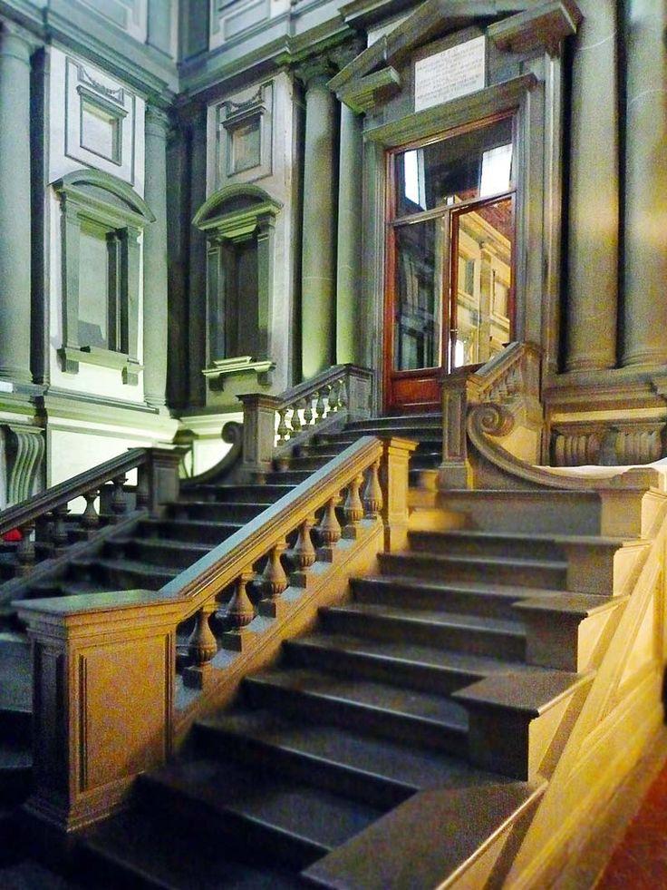 Библиотека Лауренциана Италия – одно из наиболее значимых достижений Микеланджело, как архитектора. Дизайн ее интерьера неплохо сохранился до нашего времени, и сегодня это еще и историческая ценность времен Средневековья.