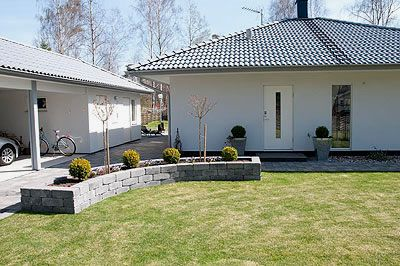 Slottsmur - murblock som använts till rabatt i trädgården
