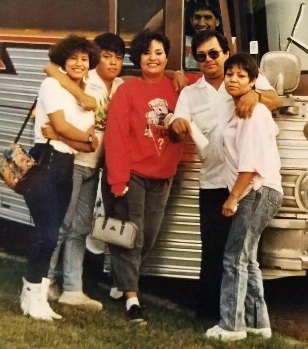 Day 1-Selena with family in 2021 | Selena quintanilla, Selena quintanilla  perez, Selena quintanilla family