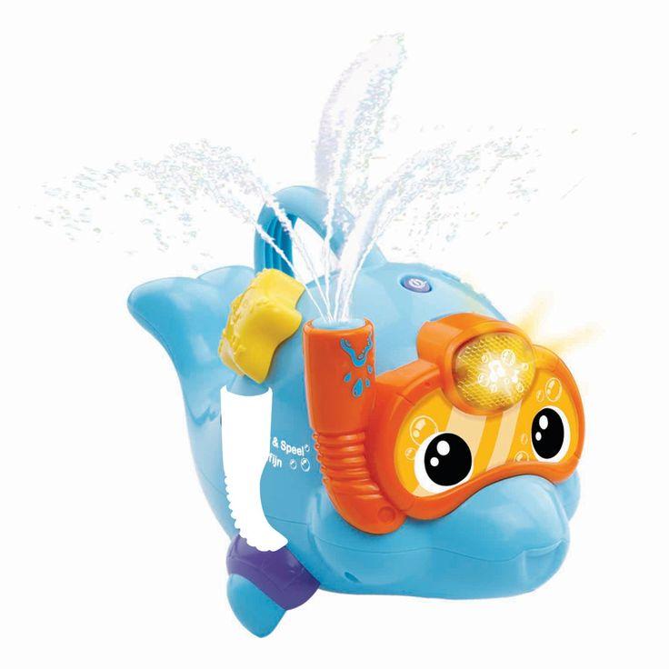 OmschrijvingGiet water over het hoofd van de dolfijn of dompel hem onder water en hij zal water spuiten inverschillende patronen op het ritme van de muziek. Beweeg de zeester om grappige geluiden, vrolijkezinnetjes en gezongen liedjes te horen. De handgreep is speciaal voor kleine handjes en zorgt voor eengoede grip. - Spetter spat, lekker spelen in bad!- Met watersensor: giet water over het hoofd van de dolfijn om vrolijke reacties te horen en zie het water uit zijn snorkel omhoog spuiten…