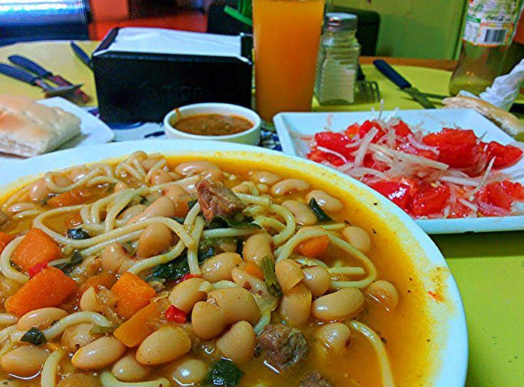 https://flic.kr/p/y1dP2E | Porotos con riendas y ensalada chilena. | Porotos de guarda con fideos, verduras y trocitos de carne.