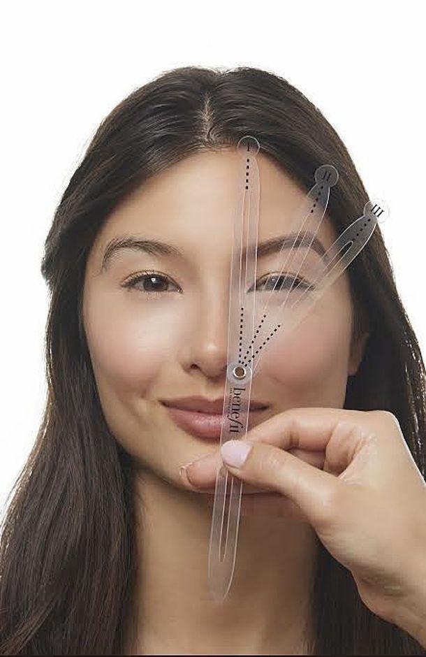 """Правильная, ровно очерченная форма бровей придает лицу совершенный вид. Но как много ошибок делают дамы, пытающиеся изменить эту форму! Слишком большие углы изгиба, толстые линии, нарисованные карандашом, даже сбривание бровей и рисование их заново с помощью татуажа или косметики - все это выглядит ужасно и доводит до инфарктов визажистов, взявшихся исправлять все эти """"уловки красоты""""."""