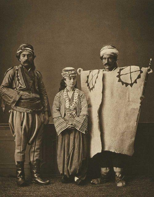 Osmanlı Döneminde Nasıl Giyinilirdi?  Türkler bundan 150 yıl önce neler giyiyordu. Osmanlı'yı merak eden arkadaşlar için güzel bir derlemek hazırlamak istedik. 1-1850'ler Ankara  Soldan sağa başıbozuk, köy kadını ve çoban bulunmaktadır. 2-Konya ve Burdur  Soldan sağa: 1-Burdurlu Rum bir kadın 2-Konyalı zengin bir adam 3-Burdurl... Eklendi, Daha fazlası için Soosyo'ya Gel!