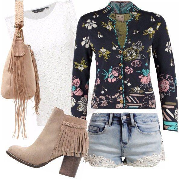 Sei una ragazza giovane e ami i concerti? Ecco un look Folk che potrebbe piacerti indossare te lo descrivo subito: short in jeans con applicazioni in merletto, cardigan in fantasia floreale, top bianco in pizzo, stivaletti e tracolla con frange.