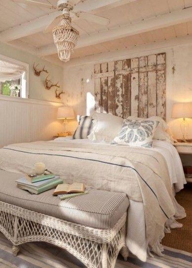 Camera con mobili decapati - Mobili decapati per arredare una piccola camera da letto in modo originale.