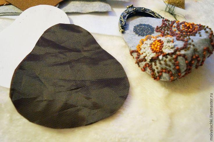 Предлагаю вам мой мастер-класс по созданию кошелька-косметички из фетра. Для этого понадобятся: - 1 лист А4 фетра толщиной 1-2 мм; - небольшие кусочки фетра для украшения (в данном случае белого и коричневого цвета); - подкладочная ткань такого же размера; - бисер различных цветов (оранжевый, коричневый, белый); - маленькие деревянные бусинки оранжевого цвета; - фермуар пришивной 8,5 см; - филигранный коннектор (2 шт.