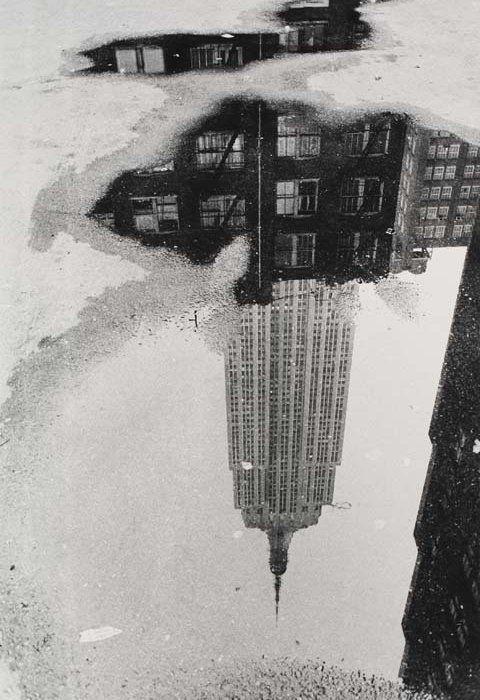 la puta foto que nunca pude tomar!!! que corajeeee!!! varietas:  André Kertész: Puddle, Empire State Building, 1967