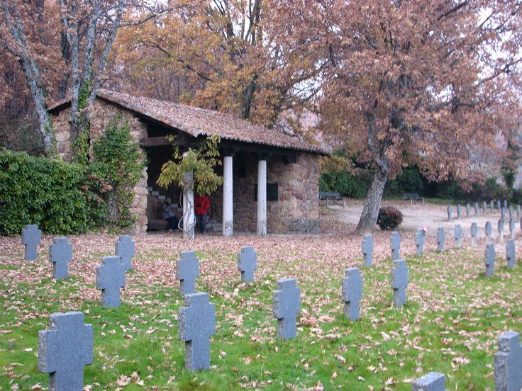 El Cementerio Alemán. Junto al Monasterio de Yuste se encuentra este cementerio al que trajeron los restos de soldados alemanes de la Primera y Segunda Guerra Mundiales caídos en territorio español en aviones, barcos y submarinos.