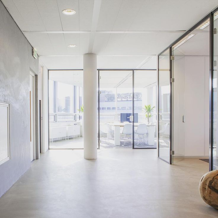De Conplanato doet het altijd goed bij een hip kantoor als deze...Deze vloer in combinatie met ruwe wanden en strakke glazen wanden zijn heel erg fijn! interieur #interieurstyling #interieurinspiratie #interieur4all #interior #interior4you1 #carpet #tapijt #vloer #vloeren #floor #flooring #blogger #bloggers #bloggermom #vintage #industrialdesign #business #werkplek #projects #blog #interieurblog