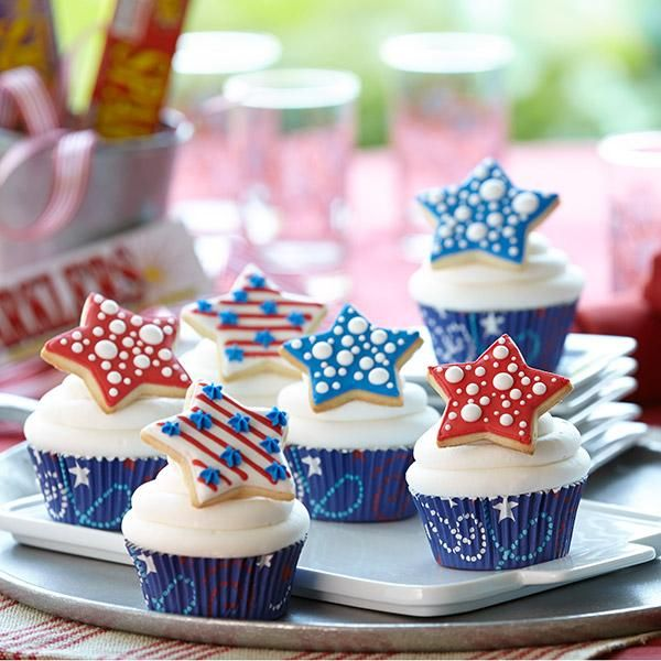 Fourth of July Cupcakes with Cookie Topper --- I love the look of the cookies!