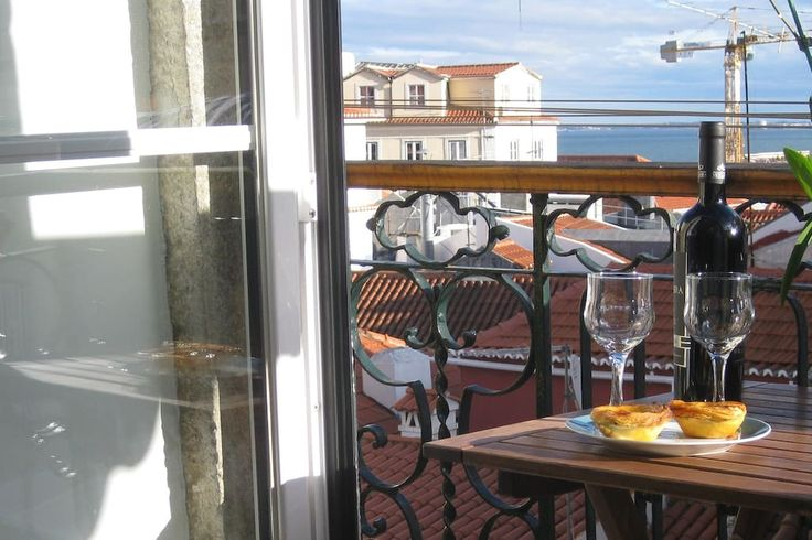 Apartamento em Lisboa, Portugal. This charming and cozy apartment is located in Alfama, the most historical and charismatic neighborhood of Lisbon, on the 4th floor of a building without elevator, full of the fabulous light of Lisbon has a wonderful view from the balcony over the...