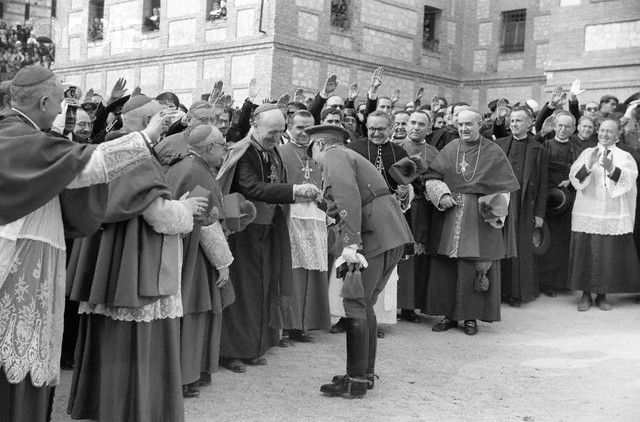 Leopoldo Eijo Garay y el nuncio del papa en 1944 con Franco en inauguración del monumento al Sagrado Corazón