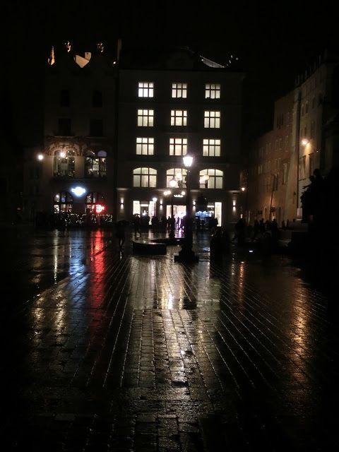 WWW Wiersze Wycieczki Wspomnienia: Rynek w Krakowie nocą w deszczu