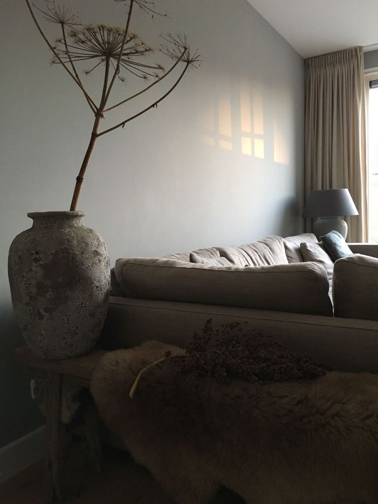 Our lounge #landelijk wonen #berenklauw #grote vaas #grijze muur #loungebank #landelijk #woonkamer #livingroom #oud chinese bankje #gezellig #herfst