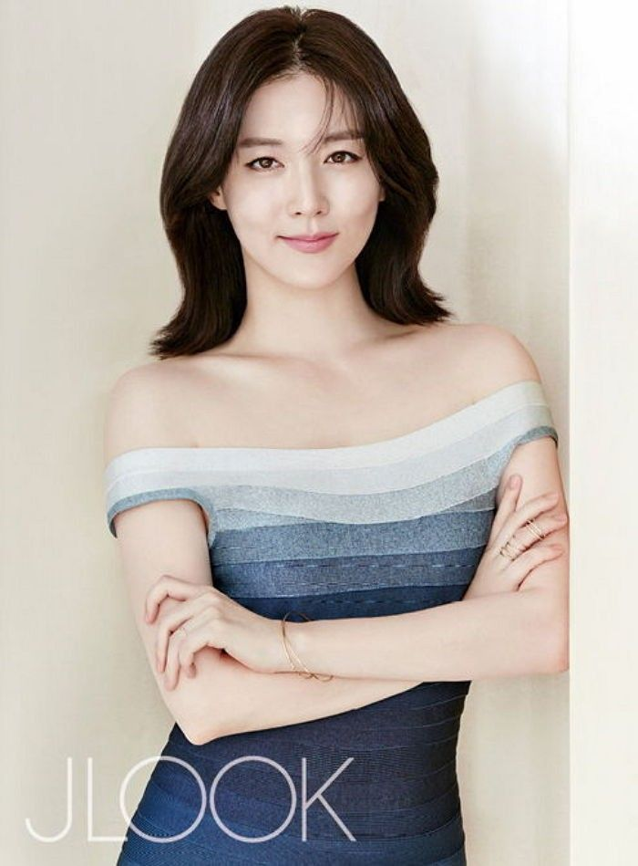 Lee Young-ae flaunts ageless beauty