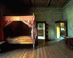 Il castello di Lissogne :letto a baldacchino nella  camera del  re.