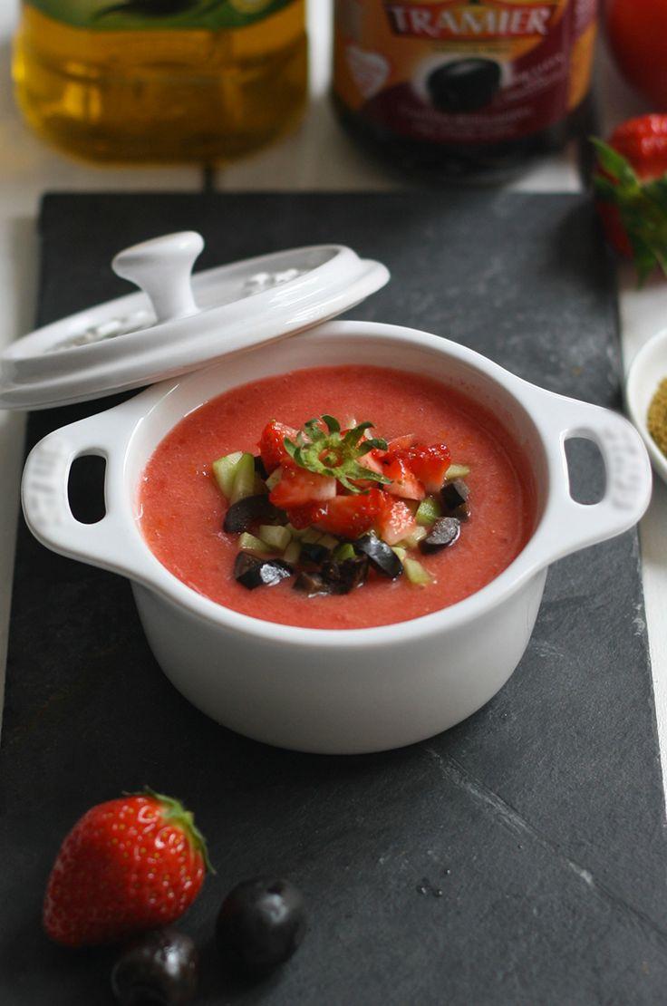 Soupe estivale de tomates, fraises au cumin, olives et huile d'olive #recette #soupe