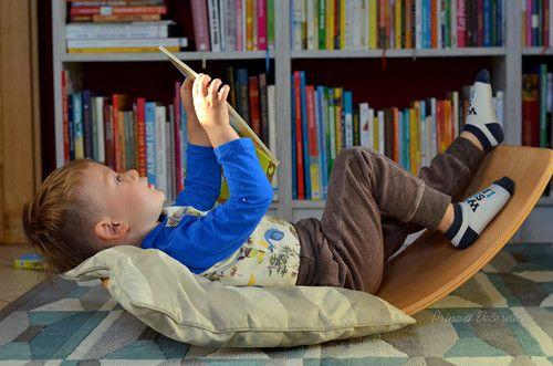 Houpací prkno je vším, co si děti i dospěláci usmyslí. Ladný tvar a přírodní materiál poskytují dětem nezkreslené vjemy o světě kolem. Je to balanční pomůcka pro rozvoj stability, pro balancování, posilování svalů. Slouží ke hře, k sebepoznání i k rozvíjení tvořivosti. Je to kolébka, houpačka, klouzačka, tunel, most, domeček, divadlo,... Je krásné jen sledovat děti, k čemu ho použijí. Optimální je pro děti kolem tří let, ale zkušenosti ukazují, že i několikaměsíční prťousové s jeho pomocí…