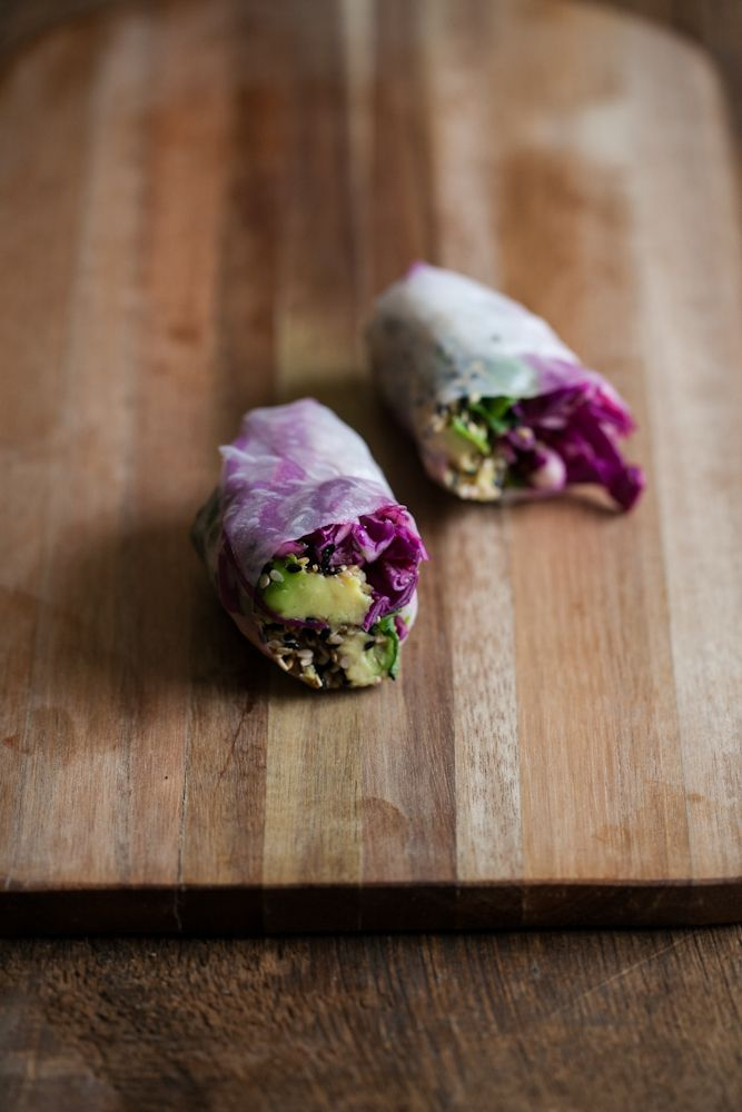 """""""Spring rolls"""" de repollo y aguacate con crosta de semilla de sésamo."""