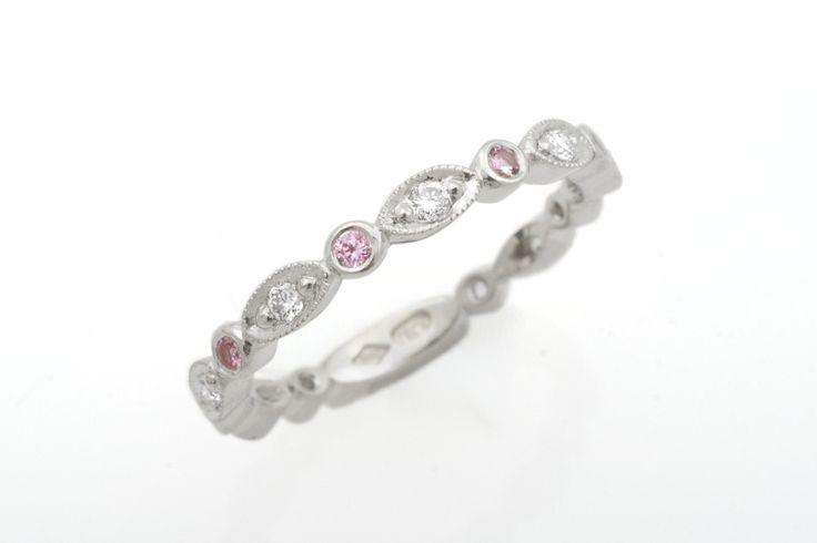 Matilde sormuksen muunnos platinaa. Kivinä timantit ja pinkit safiirit.