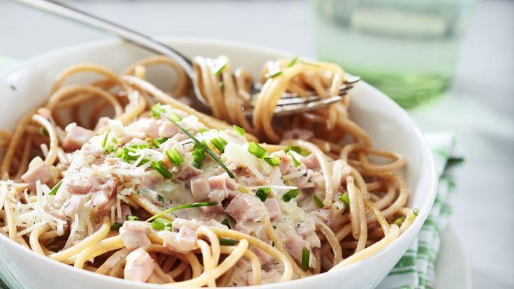 Valmista nopea pasta kinkusta ja spagetista.    Tämäkin resepti vain n. 3,15€/annos*.