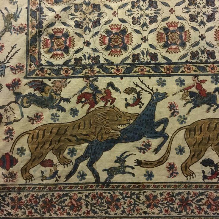 Détail d'un panneau de tissu. Perse. Vers 1850-60. Photographié au musée de l'impression sur étoffes à Mulhouse. Fabric print. Persia 1850-60. tigre, gazelle.indigo.