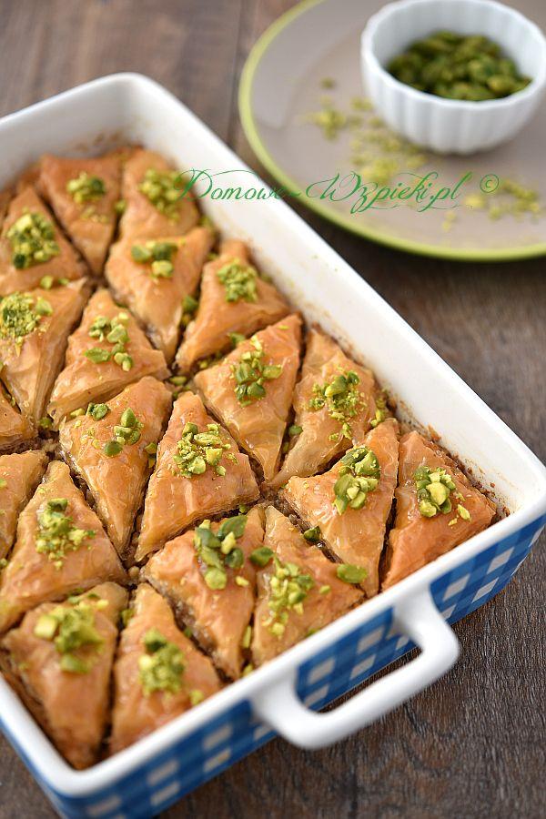 Bakława (Baklava lub Baklawa) popularna jest głównie w kuchni tureckiej, ormiańskiej, greckiej, bułgarskiej, jak i bałkańskiej. Warstwy ciasta filo przełożone...