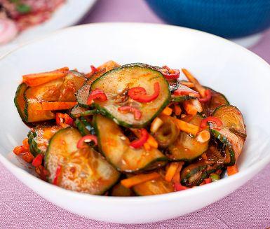 En expressvariant av det koreanska nationaltillbehöret kimchi som du gör genom att snabbsalta gurka och blanda med morot, salladslök, chili och kryddor. Enkelt och gott till wokade rätter och asiatiska långkok.