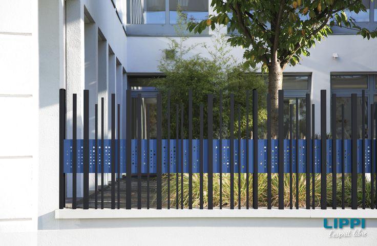 Stem'Wall, sur muret à l'entrée d'un immeuble, en Gris 7016 Structure et Bleu 5023 Structure de la gamme AQUILON, LIPPI.
