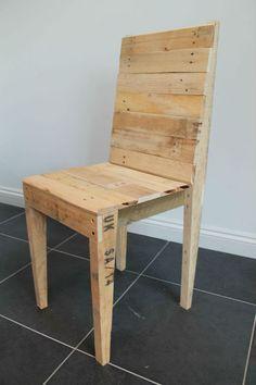 Cadeira de jantar de madeira recuperada por GasandAirStudios no Etsy