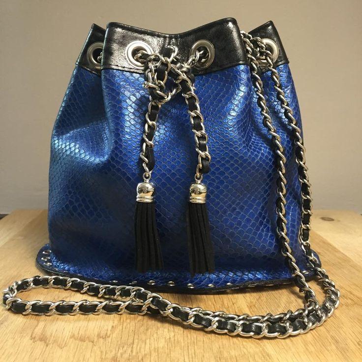 Petit sac seau en cuir bleu et noir argenté : Sacs bandoulière par sott