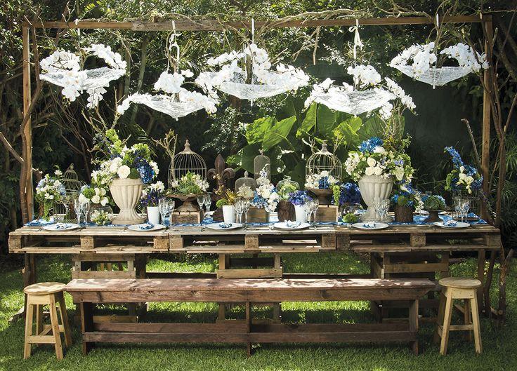 Decoración en #Verde, #crema y #azul inspirada en el estilo #RusticoChic   Decoración de #Escenica Cristalería: #AlfayOmega Servilleteros: #Úniquo  Puedes ver la edición completa de #BodadeBodasMagazine en http://issuu.com/bodadebodasmagazine