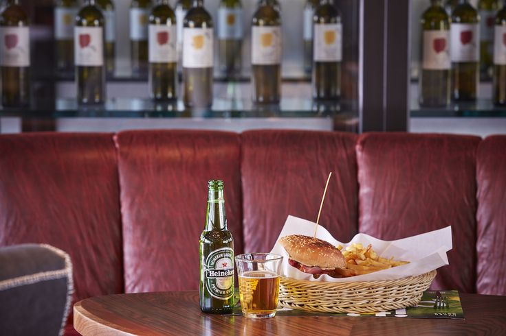Σπιτικό μοσχαρίσιο μπιφτέκι με τυρί, τομάτα, κρεμμύδι πίκλες και τη δική μας bbq σος. BBQ Burger! Θα το λατρέψεις.