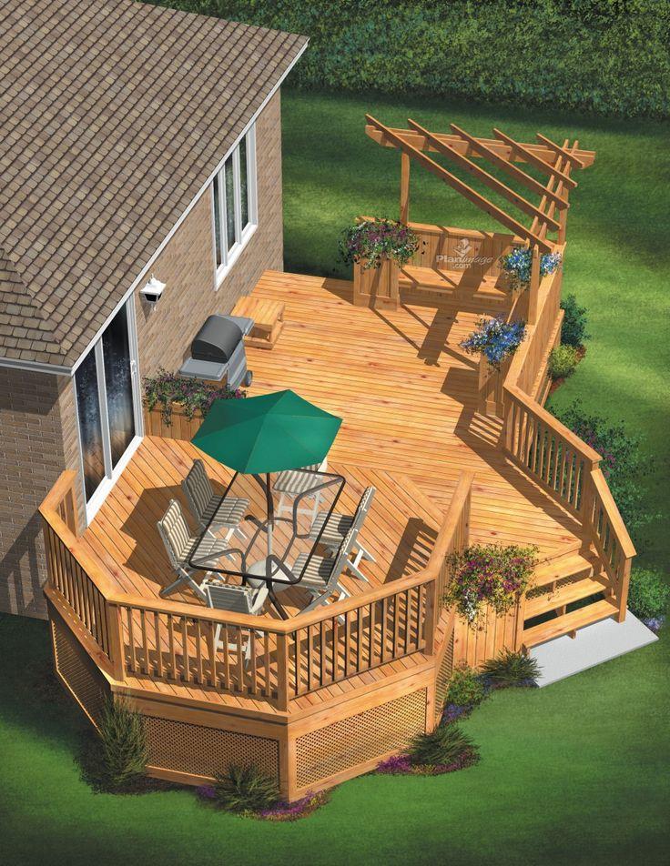 Cette spacieuse terrasse en bois comporte deux niveaux. Le palier attenant à la… – Jessica Pelletier