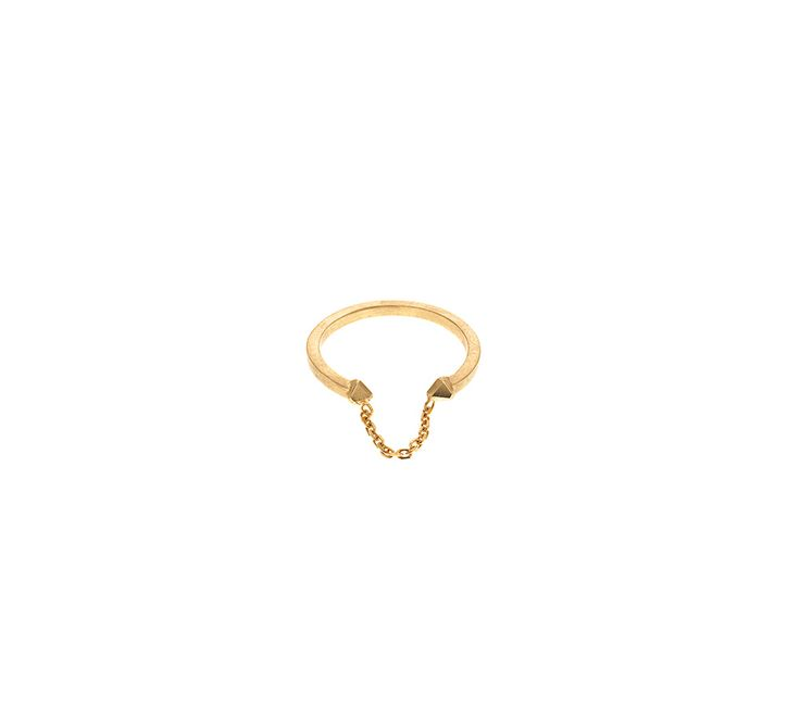 Maria Black Lilac ring, der er udført i forgyldt sterling sølv. En smuk ring, der ikke er helt lukket og har en lille kæde i sig, hvilket vi synes er en rigtig fed detalje!