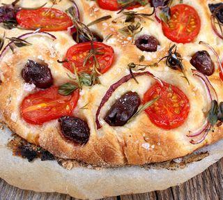 Fabelaktig focaccia med mini-plommetomater, rødløk og sorte oliven | VeganMisjonen | Oppskrifter på Veganmat og Vegetarmat | Bloglovin