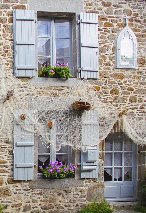 Saint-Suliac, Bretagne. (Le filet de pêcheur donne une petite indication de l'emplacement :))