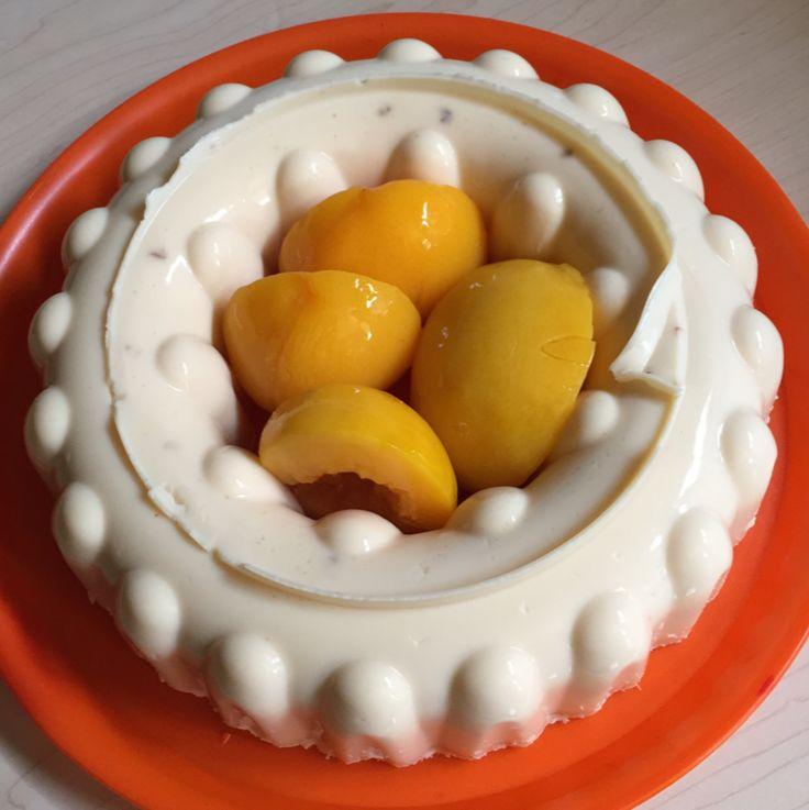Una rica y deliciosa gelatina de queso que encanta a grandes y pequeños, que puedes mezclar con tus sabores favoritos de frutas en almíbar como piña, durazno, mango, etc. Prepárala.