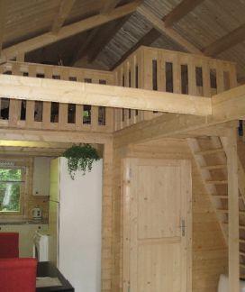 Loft bed Afmetingen: 545 x 673 cm. (39 m2)  Slaapzolder: 235 x 545 cm. (12 m2) Inclusief: compleet bouwpakket, dubbelglas, dak- en vloerisolatie,  dakpanplaat en geïmpregneerde vloerbalken. Indeling van deze knusse Zweedse vakantiewoning: open keuken, badkamer, 1 slaapkamer beneden en een slaapzolder.  De slaapzolder is open in de living (vide).